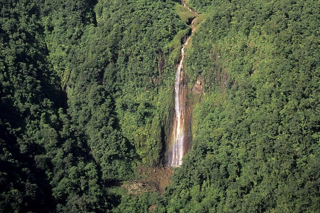 Guadeloupele massif de la Soufriéreen haut, le volcanles 1 et 2éme chutes du Carbet